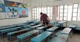 খুলছে স্কুল, পরিচ্ছন্নতার কাজে হাত লাগিয়েছেন প্রধান শিক্ষক